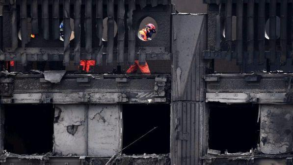 "Incendio a Londra, la polizia: ""Ritenuti morti i 58 dispersi"" 
