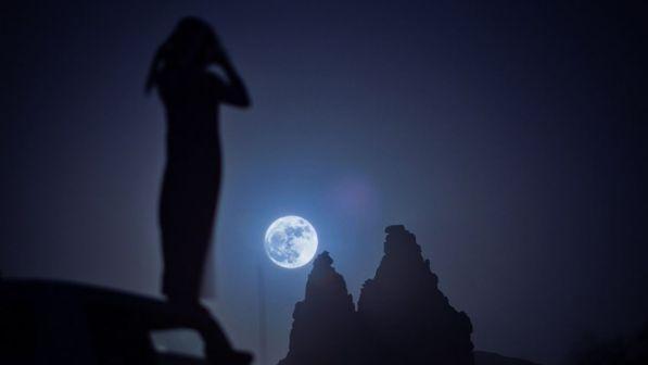 Calendario Lunare Capelli Marzo 2020.Luna Blu Occhi Al Cielo Nel Sabato Di Pasqua Tgcom24