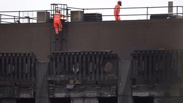 Incendio Londra, materiale usato per il rivestimento del grattacielo era proibito