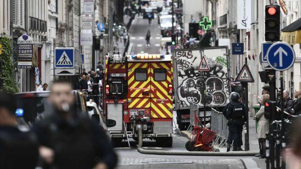 Parigi, uomo armato prende ostaggi in centro: blitz delle teste di cuoio, arrestato