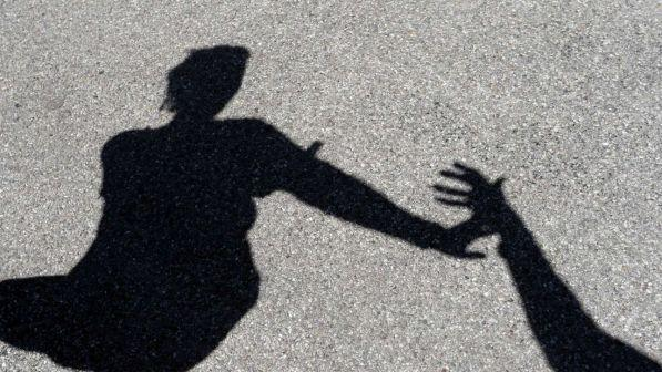 catania, rumeno picchia la moglie e dà il coltello al figlio di 4 anni per ferirla: arrestato