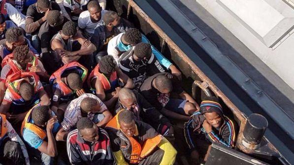 """Migranti, le rivelazioni di una gola profonda: """"Mai salvato gente in pericolo, è un business a chi arriva prima"""""""