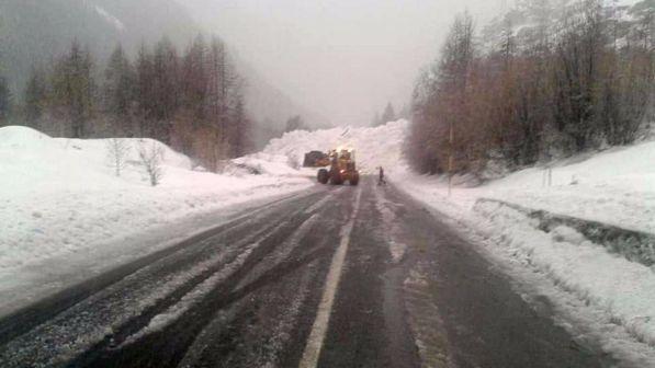Maltempo in Val d'Aosta, valanga sulla strada: anche Cogne isolata