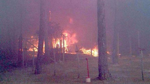 Volontari dei vigili del fuoco appiccavano roghi