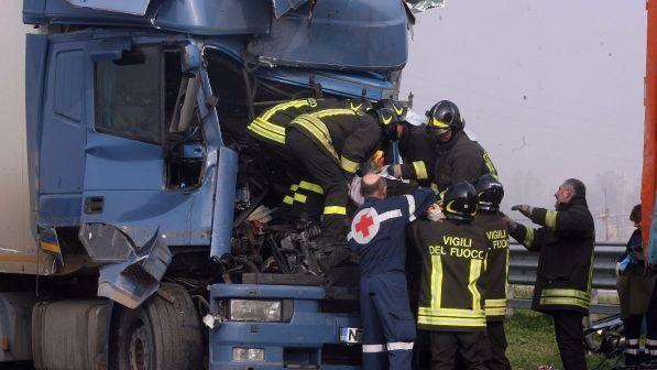 Veneto, scontro fra tir sull'A4: un morto e due feriti