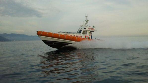Barca affonda a Vibo Valentia, naufraghi salvati da Guardia costiera