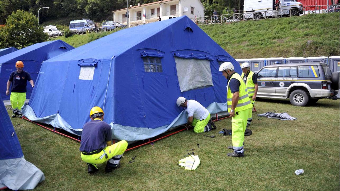 Terremoto, il governo pensa alla ricostruzione in tre fasi: entro quattro mesi gli sfollati via dalle tende