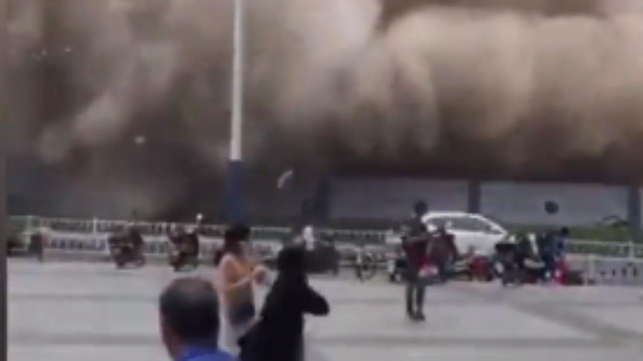 Cina demolito un palazzo di 12 piani pedoni in fuga for Piani di casa europei per lotti stretti