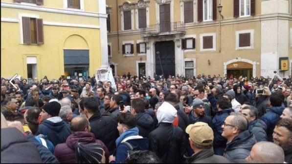 Protesta dei pescatori a roma petardi e bombe carta for Montecitorio oggi