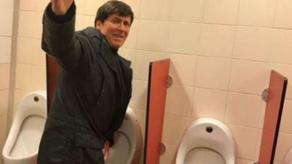 Gianni Morandi, fan lo fotografa mentre fa la pipì nel bagno di un Autogrill