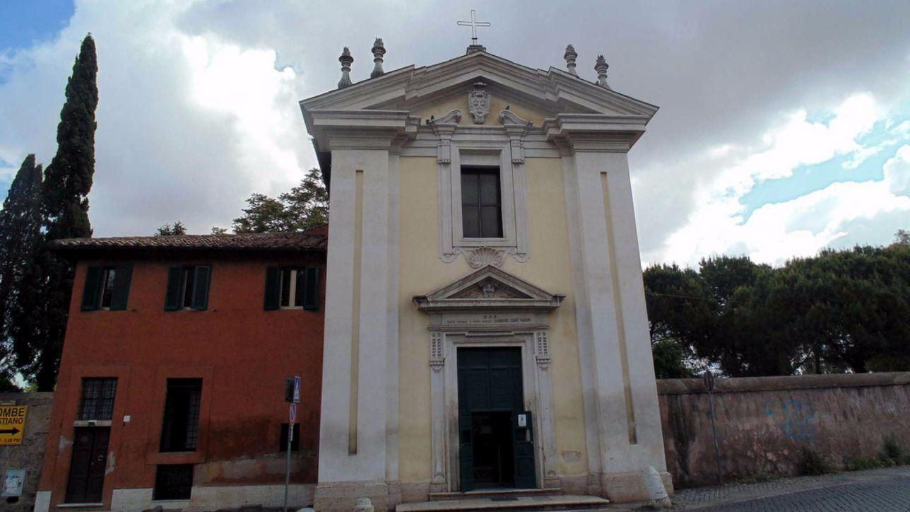 Roma, crollano stucchi dalla facciata della chiesa Domine Quo Vadis - Tgcom24