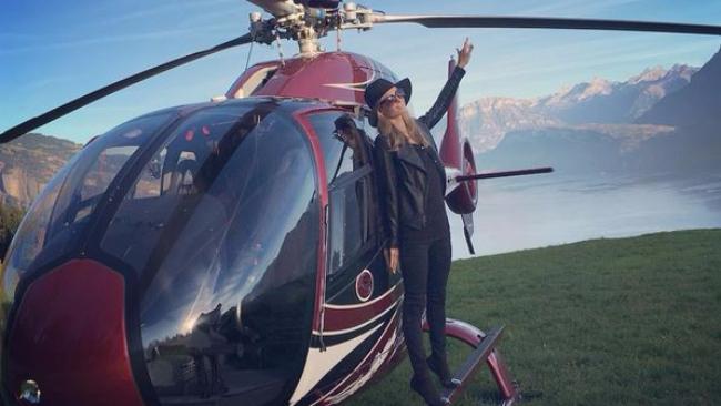 Elicottero Mediaset : Paris hilton al settimo cielo il fidanzato le regala un