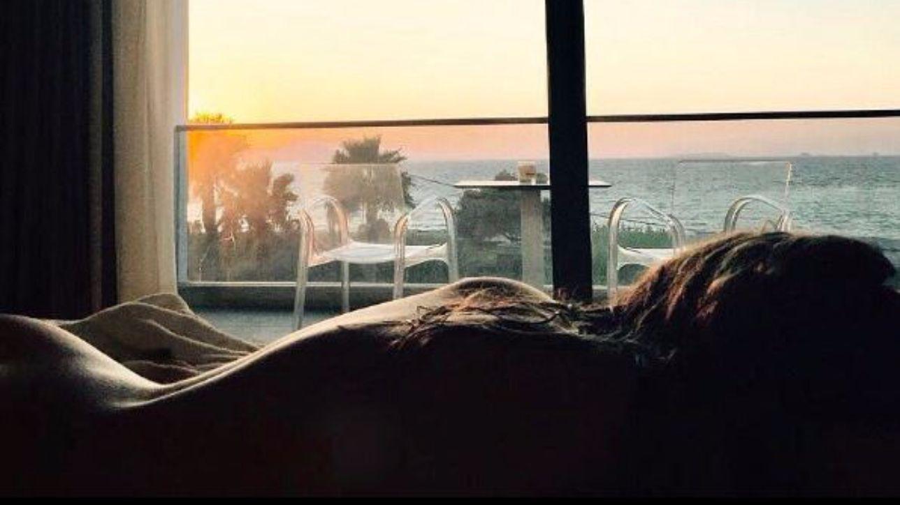 Ludovica frasca completamente nuda sul letto al tramonto - Impazzire a letto ...