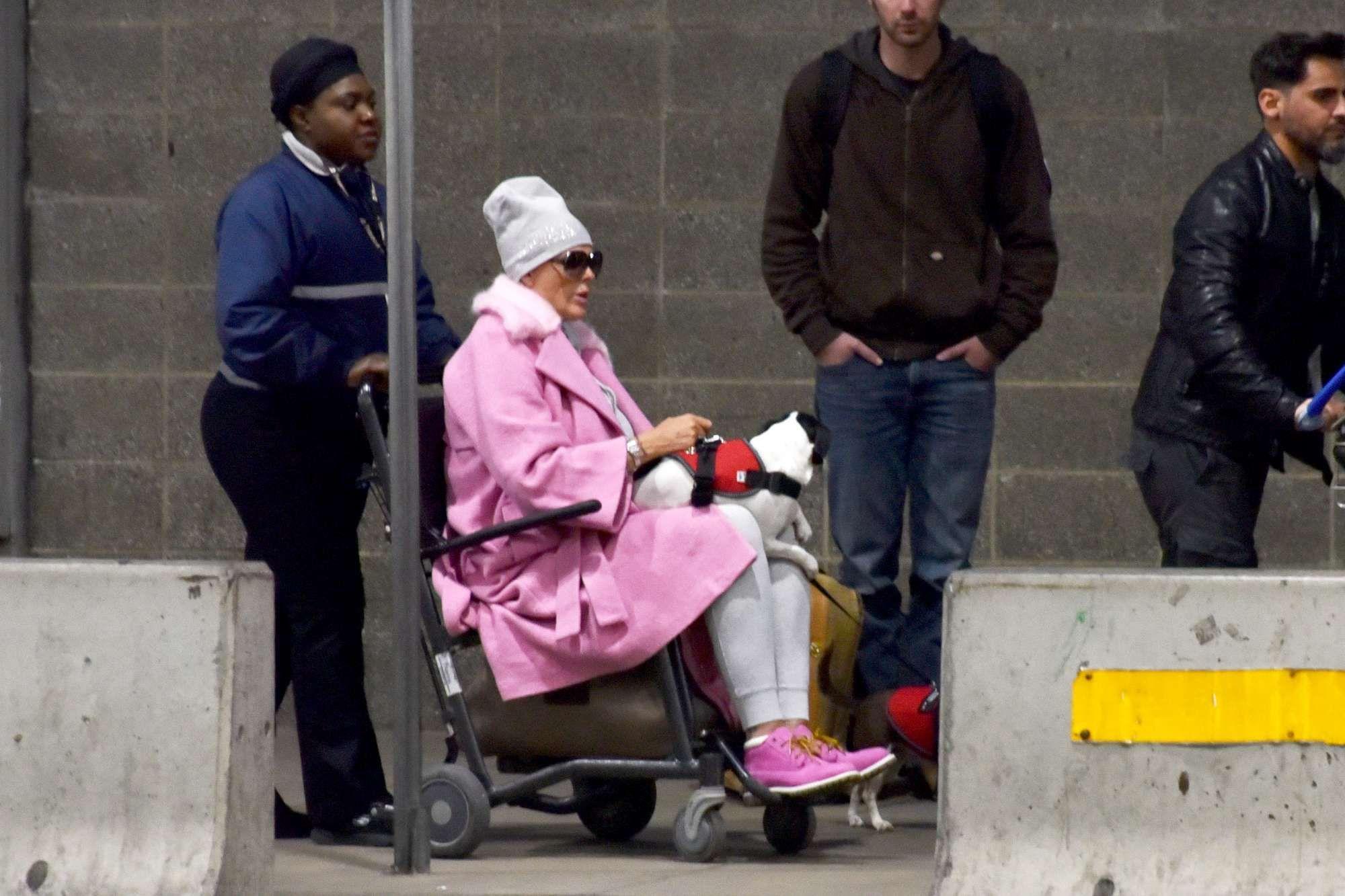 Brigitte Nielsen fotografata in aeroporto su una sedia a rotelle
