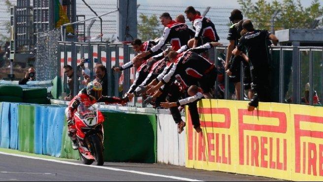 Superbike, Davies regala la vittoria alla Ducati a Magny-Cours