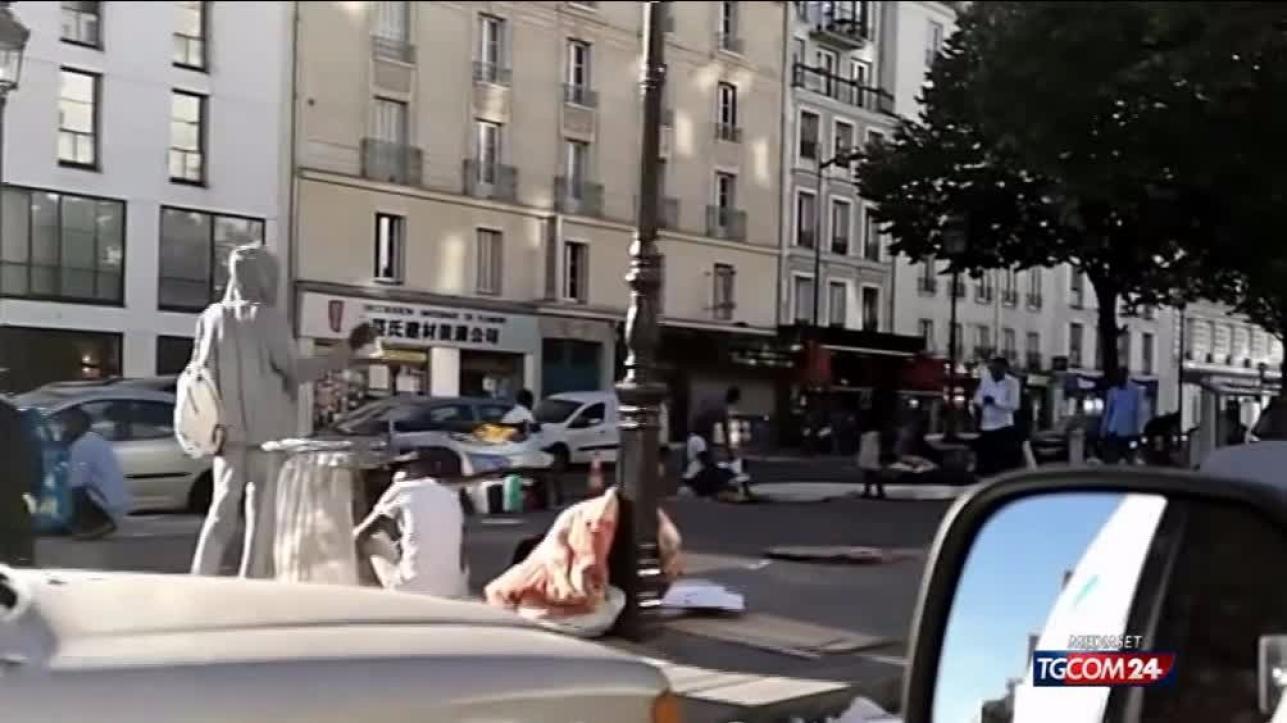 Parigi, migranti accampati in strada e abbandonati al loro destino: scoppia la protesta dei residenti