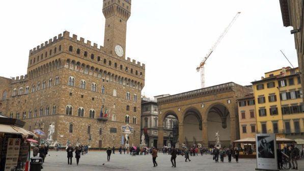 Firenze, contro i bivacchi dei turisti il sindaco sceglie l'arma dell'acqua