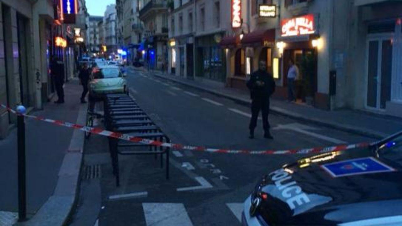 parigi, accoltella passanti in pieno centro: un morto e 4 feriti | media: aggressore urlava