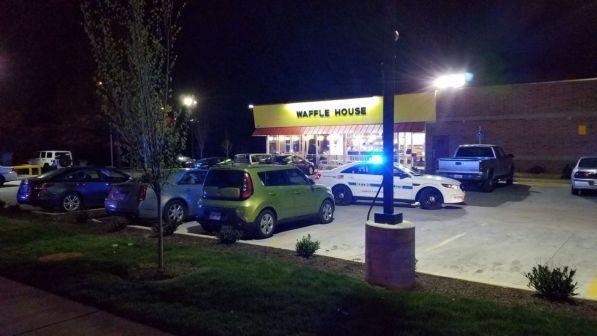 Usa, uomo nudo spara in ristorante a Nashville: 3 morti, è in fuga