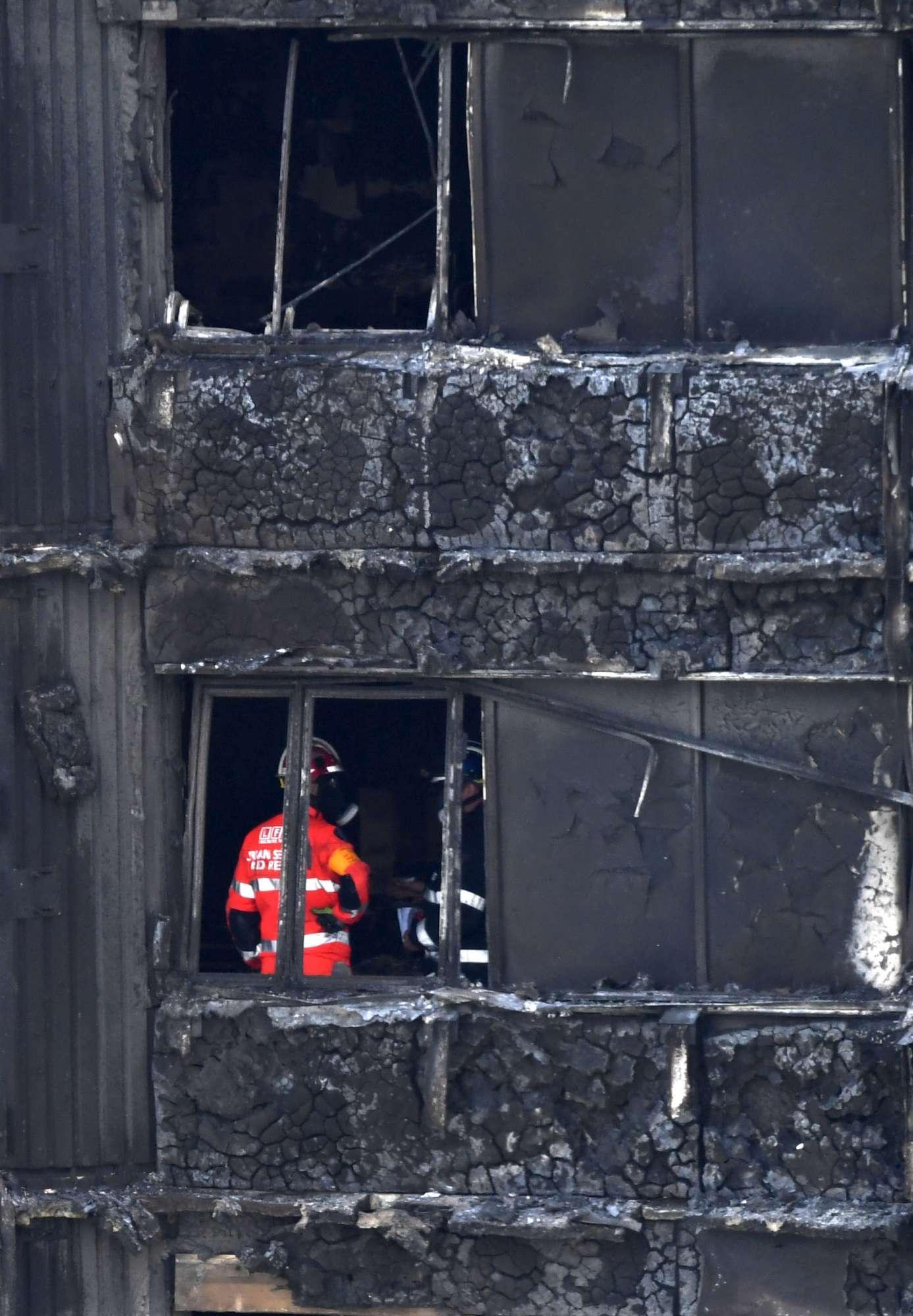 Incendio a Londra: i soccorritori entrano nella Grenfell Tower