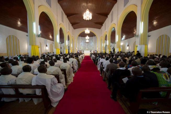 """Centrafrica, il Papa visita la moschea di Bangui: """"Basta violenza nel nome di Dio"""""""