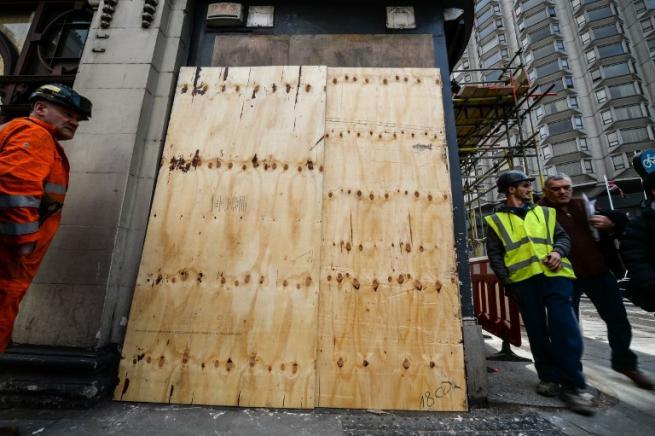 """Londra, """"oscurato"""" il murales di Banksy: artista denunciava la polizia francese"""