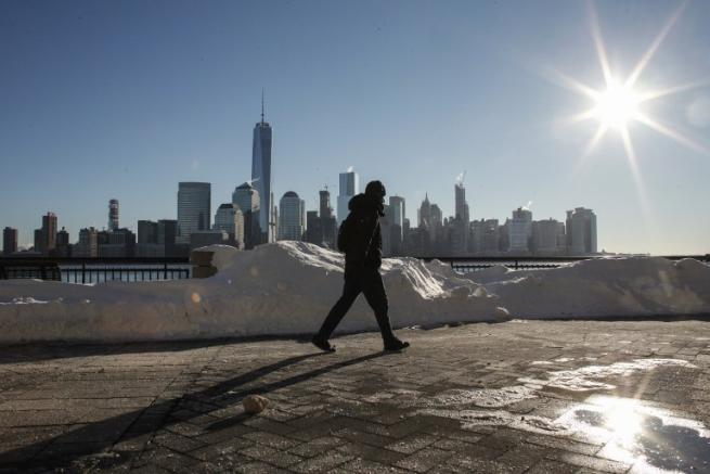 Jonas: la costa Est sepolta dalla neve, ma a New York inizia il ritorno alla normalità
