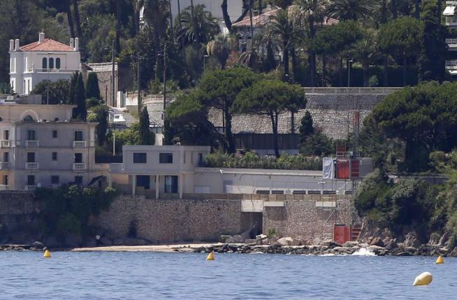 """Francia, il popolo """"caccia"""" il re saudita Riapre la spiaggia chiusa per il sovrano"""