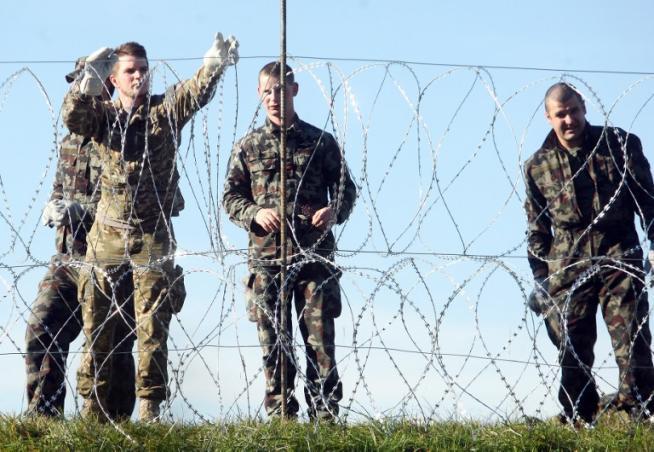 Slovenia, filo spinato al confine con la Croazia per controllare l'afflusso di migranti