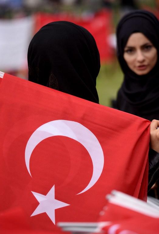 Colonia, in migliaia in piazza per manifestare a sostegno di Erdogan