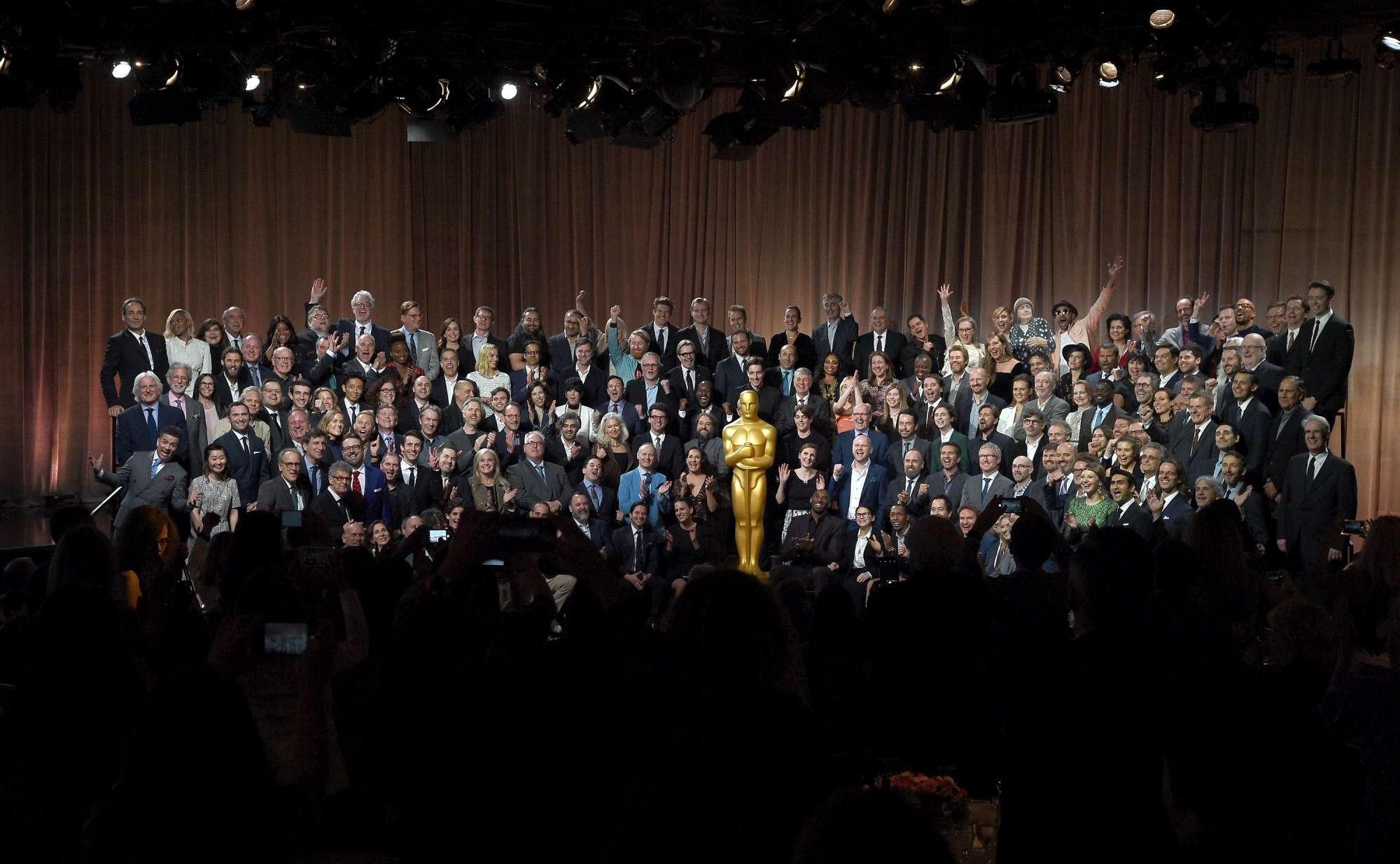 Oscar, il pranzo di gala dei nominati: foto di gruppo con cartonato