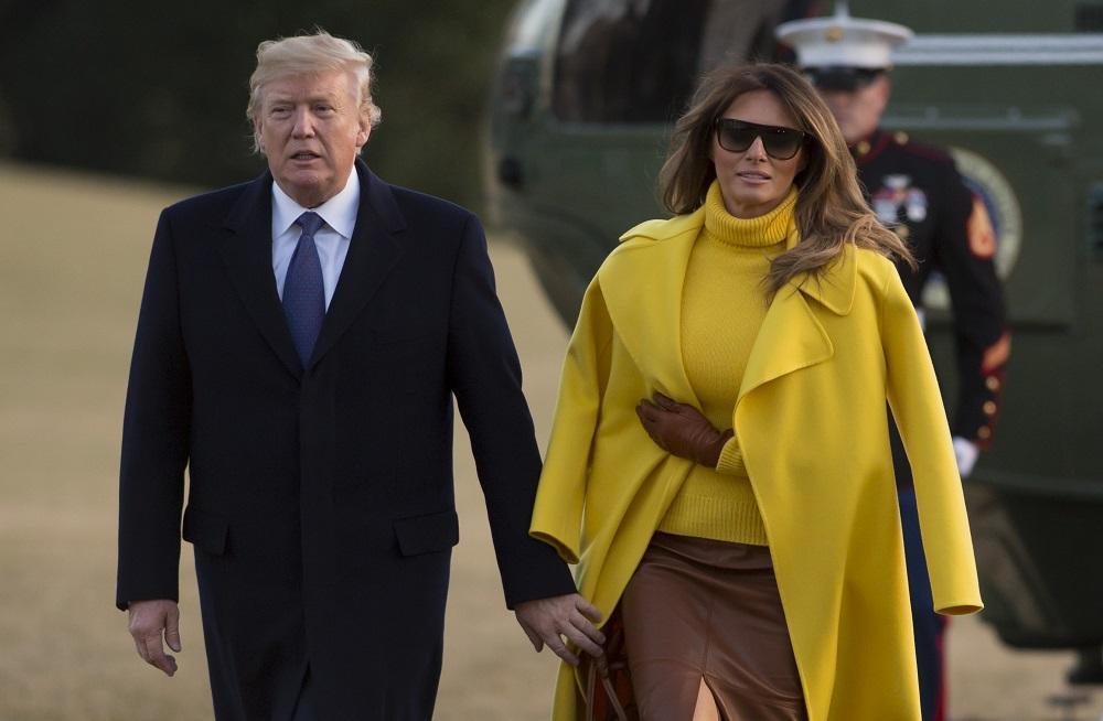 Donald cerca la mano di Melania ma... non la trova: il gran rifiuto della first lady davanti ai flash