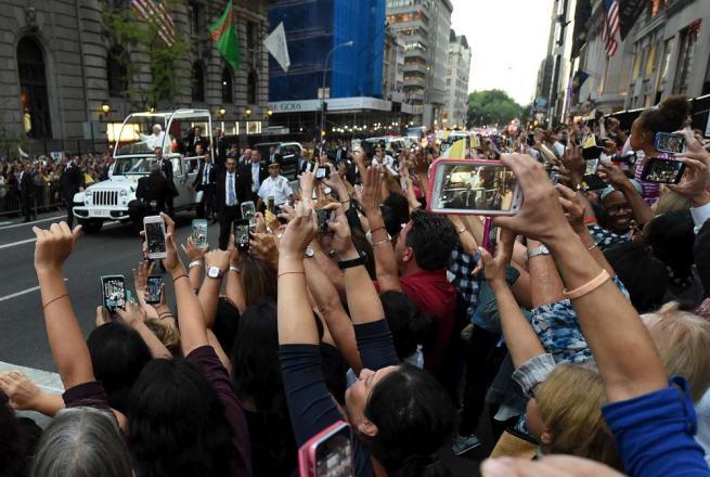 """New York in festa per l'arrivo del Papa Strage La Mecca, """"vicino ai musulmani"""""""