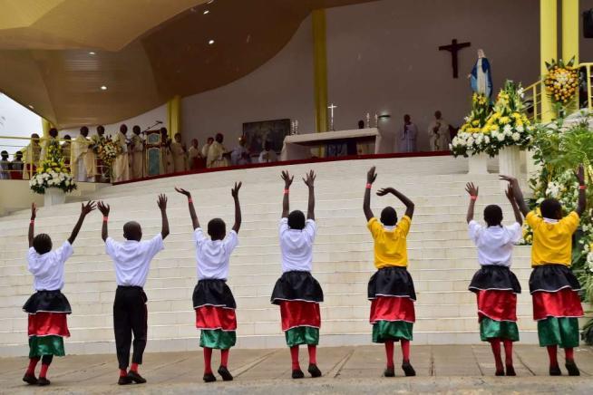 """Papa Francesco, secondo giorno in Africa: """"Non usare Dio per giustificare la violenza"""""""