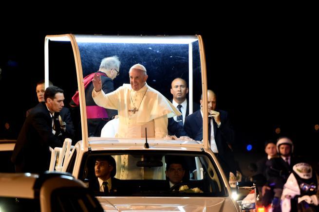 """Tra Ecuador, Bolivia e Paraguay: il Papa si divide tra gli """"ultimi"""" e i leader"""