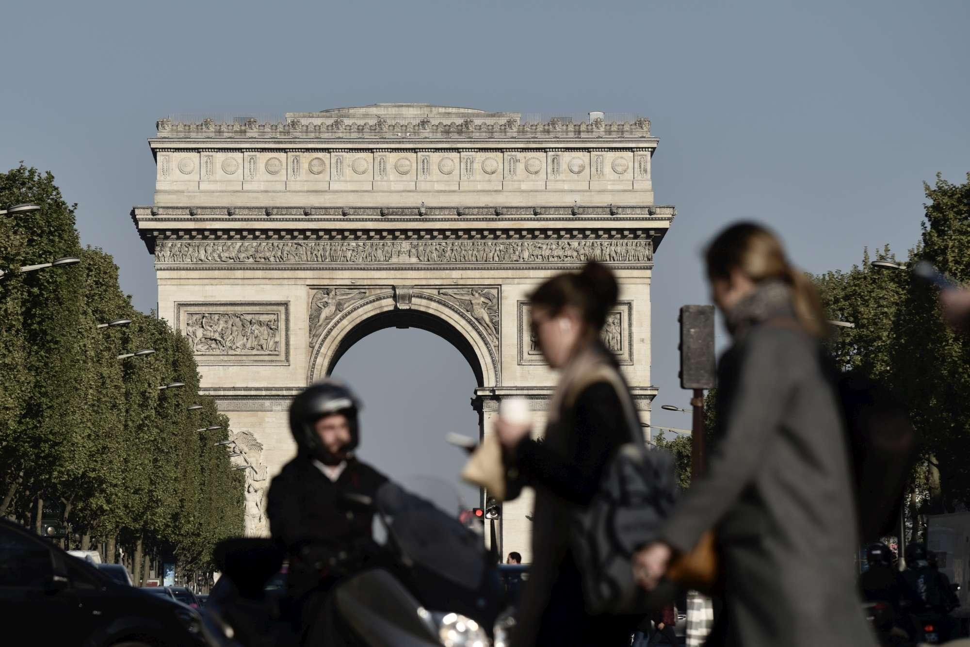 Parigi, dopo l attacco riaperti gli Champs Elysées