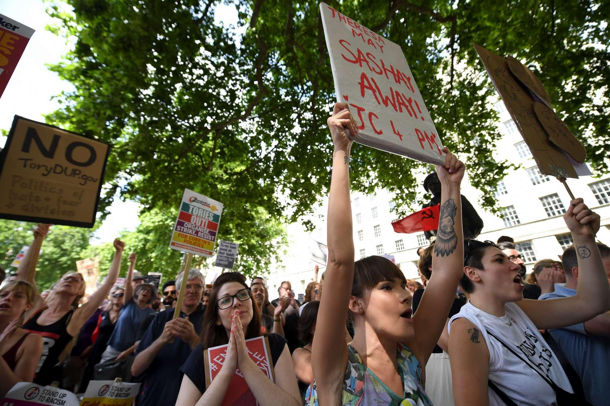 Incendio Londra, proteste contro il governo davanti a Downing Street
