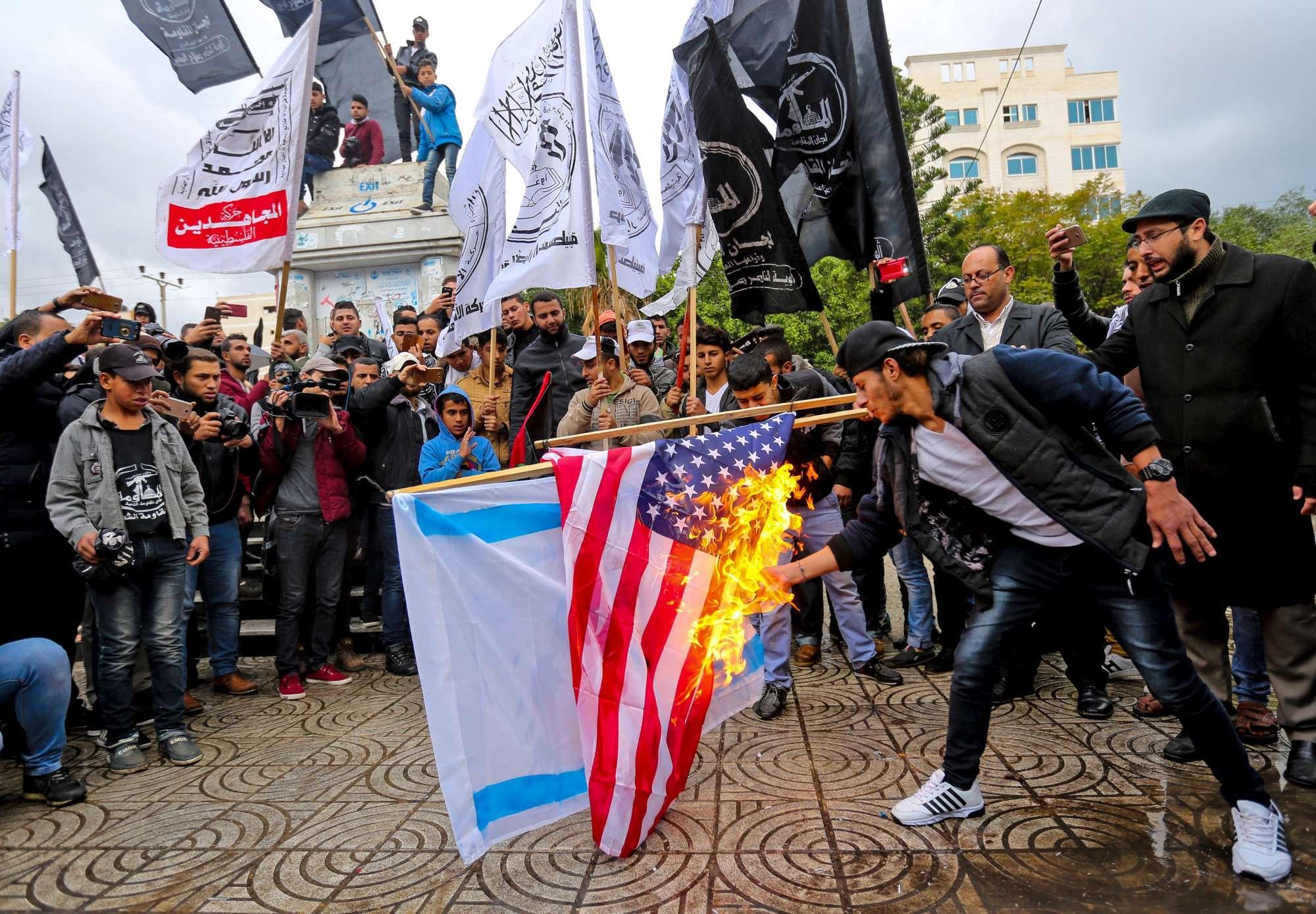 Caso Gerusalemme, proteste a Gaza: bruciate bandiere Usa