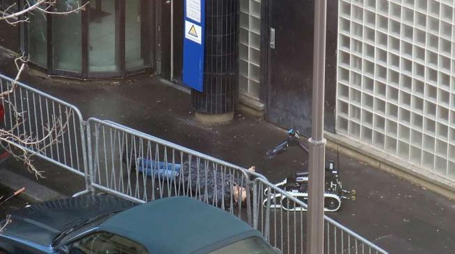 Parigi, l'uomo ucciso dagli agenti aveva in tasca un disegno con la bandiera dell'Isis