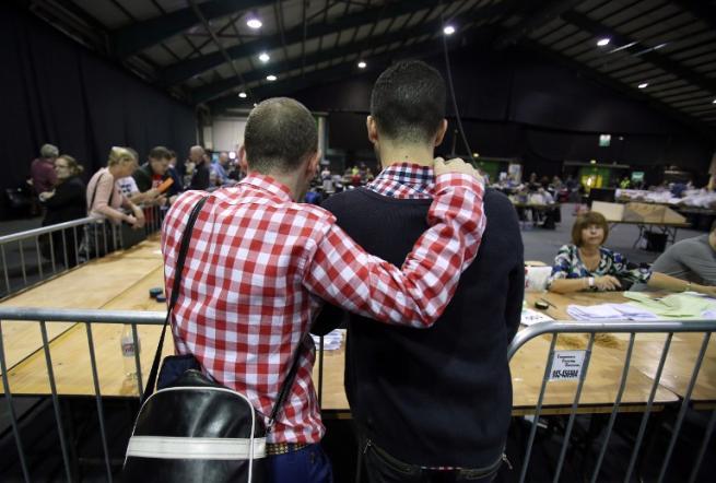 """Nozze gay, gli irlandesi dicono """"sì"""" Referendum segna una data storica"""