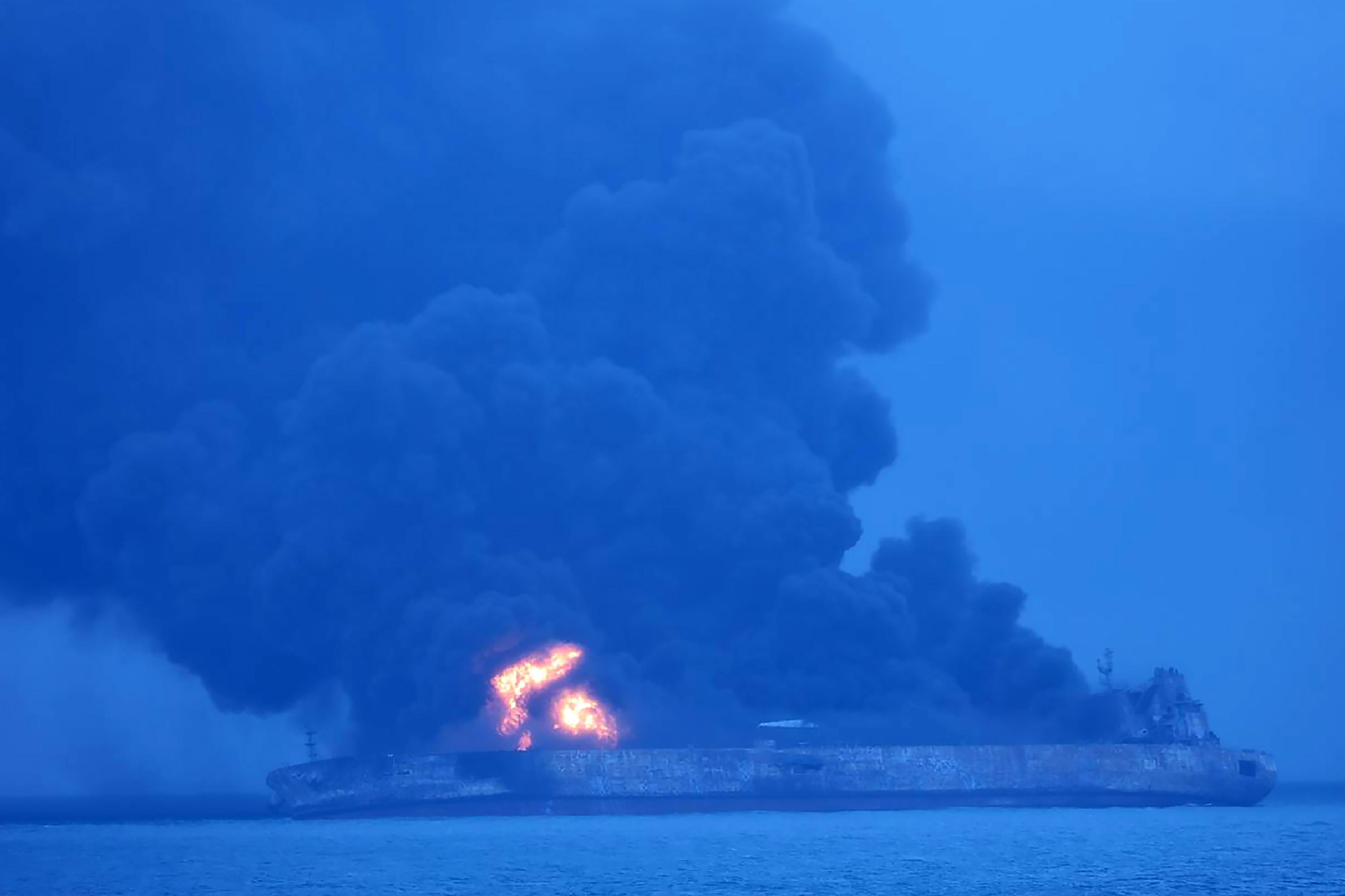Cina, affonda petroliera iraniana: si teme disastro ambientale