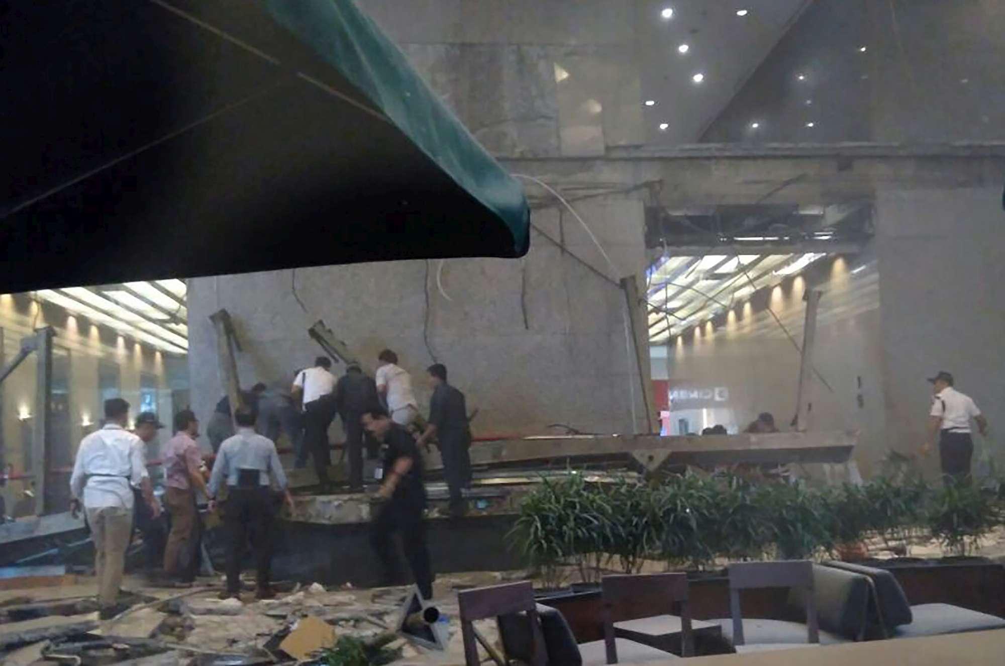 Crolla un piano interno della Borsa di Giacarta, molti feriti