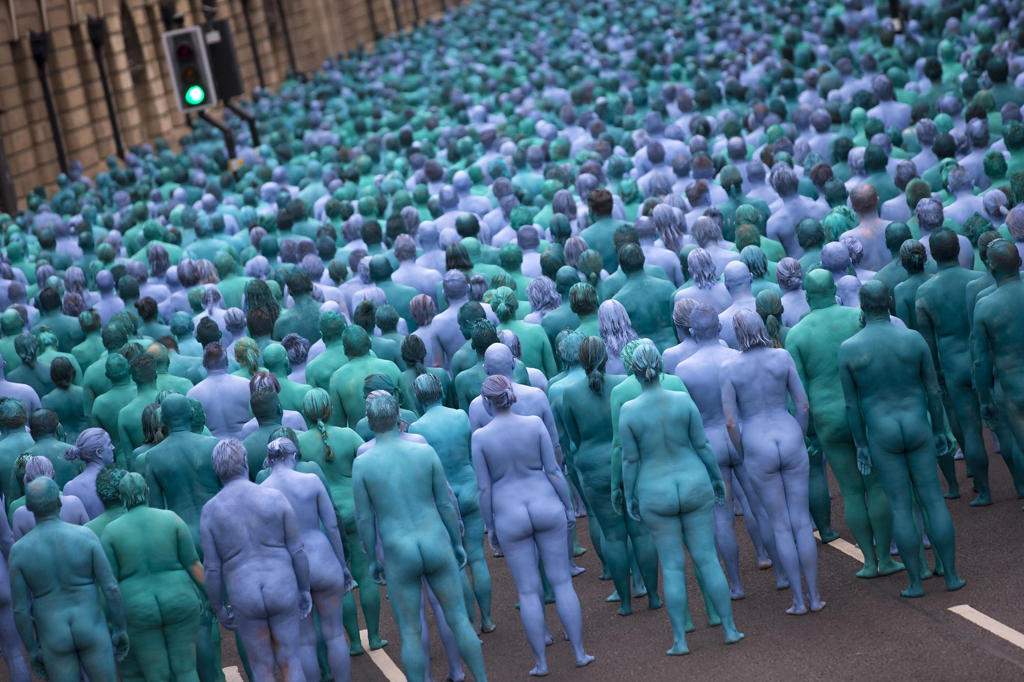 Nudi e dipinti di blu, tremila persone per l'opera di Tunick