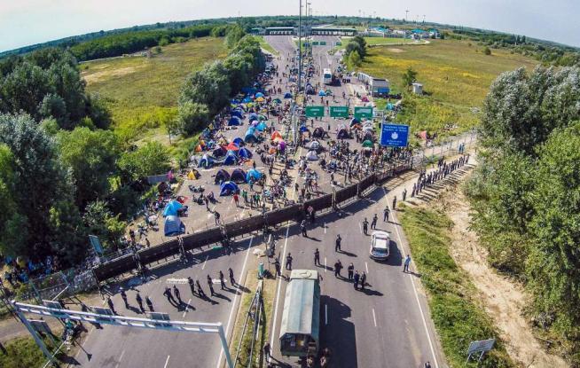 """Ungheria, muro anche con Croazia: migranti """"sospesi"""" e bloccati al confine"""