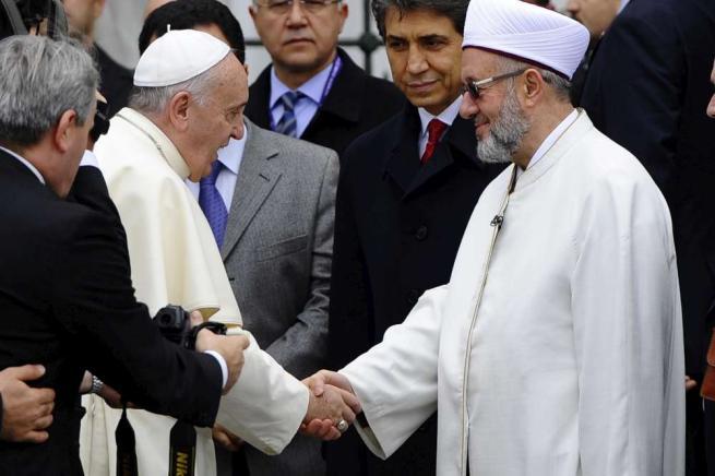 Istanbul, Papa Francesco nella moschea Blu Preghiera a piedi scalzi con il Gran Muftì