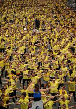 Filippine, tutti matti per lo zumba: 12mila scendono in strada per il record mondiale