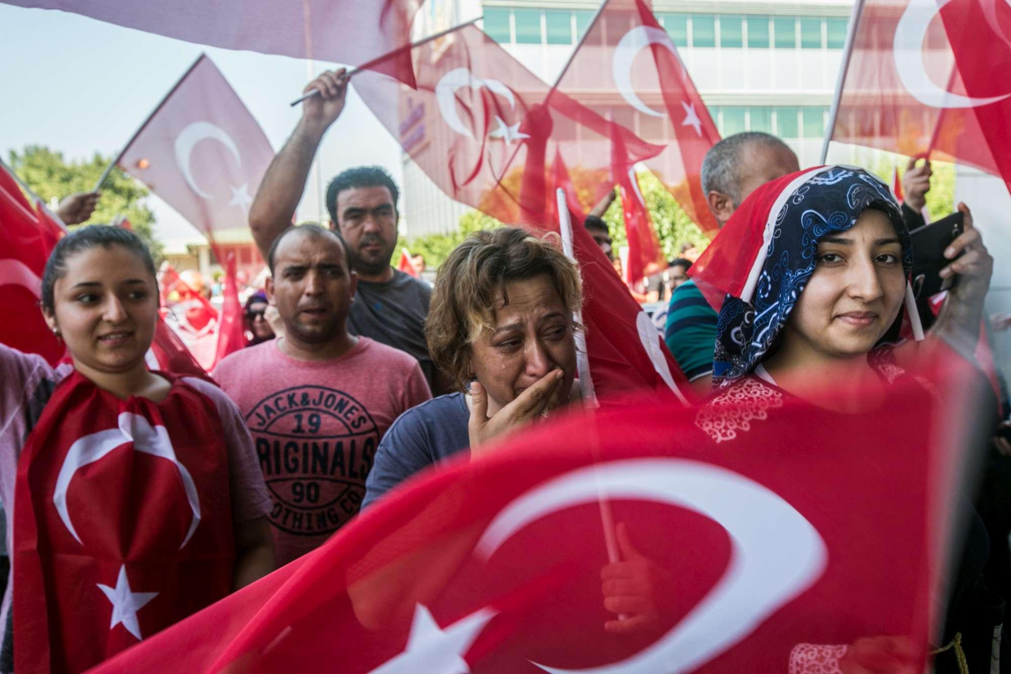 Turchia, fallito il golpe: a Istanbul si festeggia per le strade