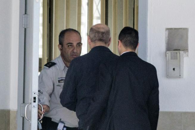Israele, in cella l ex premier Olmert Condanna a 19 mesi per corruzione