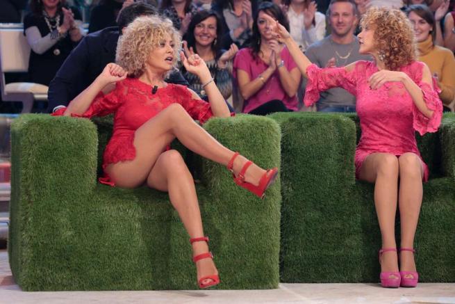 Eva Grimaldi scosciata e sempre sexy in tv