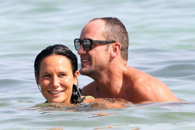 Nicole Minetti, con Damien in mezzo al mare è attrazione... sessuale